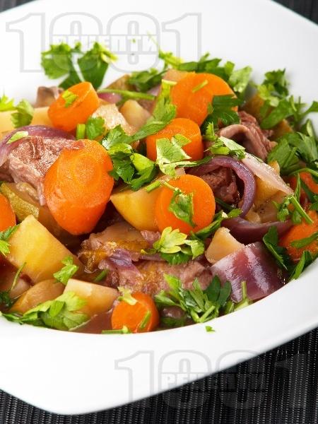 Варено телешко месо със зеленчуци (картофи, моркови, лук), ябълки и сини сливи в тенджера под налягане - снимка на рецептата